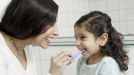 Chăm sóc răng miệng cho trẻ ngay từ những năm đầu đời.