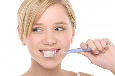 Đánh răng đúng cách để bảo vệ sức khỏe răng miệng.
