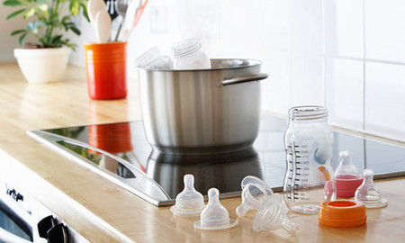 Cẩn thận khử trùng các dụng cụ ăn uống cho trẻ.