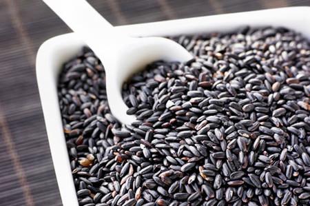 Gạo lứt là loại ngũ cốc rất tốt cho sức khỏe, đặc biệt màu đen của gạo.