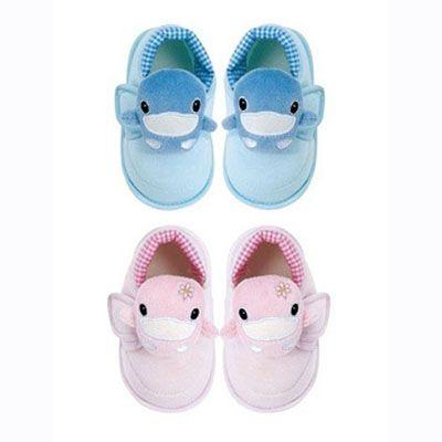 Mùa thu đông, một đôi giầy mềm mại, chất liệu tốt sẽ mang lại cho trẻ sự ấm áp, thoải mái.