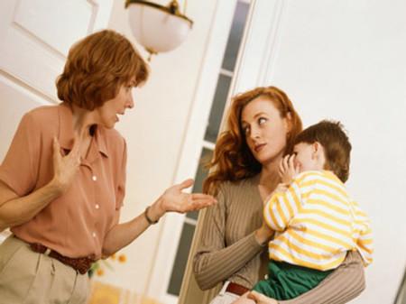 Mẹ tôi và vợ tôi mâu thuẫn vì cách nuôi con khác nhau