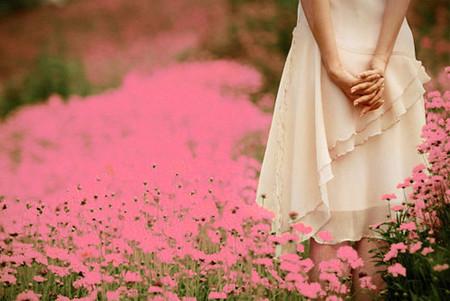 Phía trước em không còn màu cỏ úa nữa, cuộc sống lại hồi sinh rực rỡ như chưa từng mất niềm tin