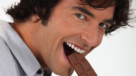 Nam giới ăn sô-cô-la, giảm nguy cơ đột quỵ.