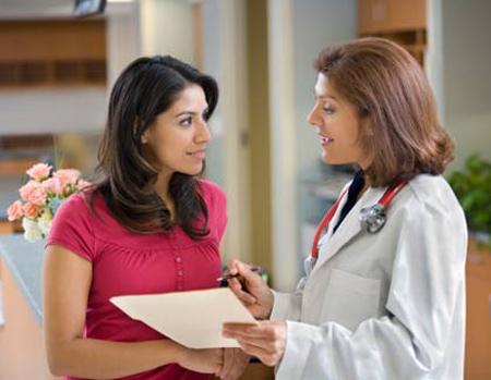 Khám thai định kỳ giúp bác sĩ sớm phát hiện những bất thường của thai nhi.