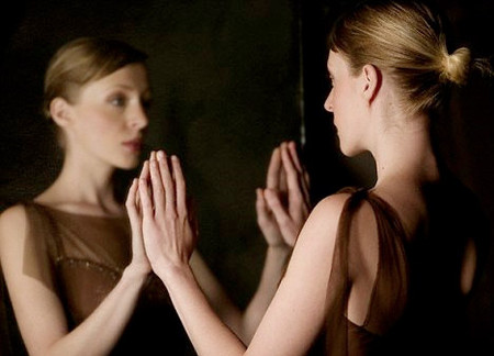 Nên soi gương nhìn lại chính bản thân và con người mình.