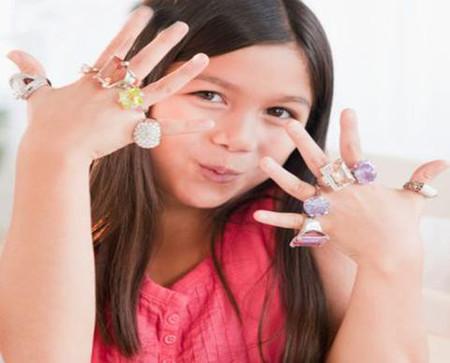 Khi đeo nữ trang, đặc biệt là loại rẻ tiền, trẻ còn có thể bị nhiễm các kim loại độc hại với nồng độ vượt hàng trăm lần cho phép