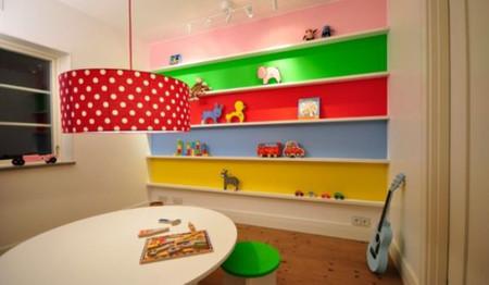 Một phòng chơi của trẻ em với những chiếc kệ tạo nên màu sắc như cầu vòng.