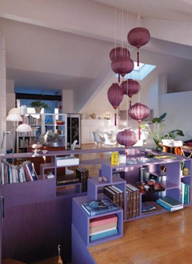 Căn nhà nằm ở Torino (Italy) nhưng được thiết kế rất Á đông với đèn lồng tím, ghế nhỏ bằng tre.