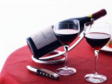 Rượu vang đỏ có tác dụng bảo vệ sức khỏe tim mạch.