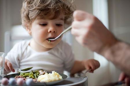 Bé cần ăn thức ăn đặc để bổ sung thêm nhiều dinh dưỡng thiết yếu cho cơ thể.