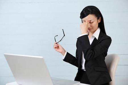 Thiếu ánh sáng là nguyên nhân đầu tiên gây nhức mỏi mắt.