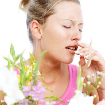 Phấn hoa rất dễ vương lại trên quần áo, làn da hay tóc của bạn và là nguyên nhân dẫn đến dị ứng.