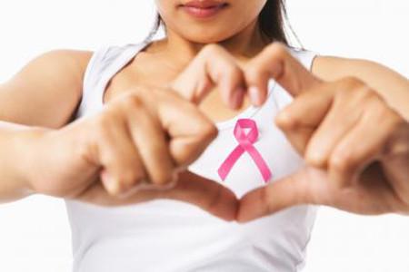 Thường xuyên kiểm tra cảm giác ở ngực, nếu thấy bất thường sau kỳ kinh nguyệt, nên đi gặp bác sĩ ngay.