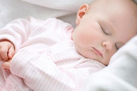 Việc giữ ấm cho bé khi ngủ trong mùa đông là bài toán nan giải của rất nhiều ông bố bà mẹ.