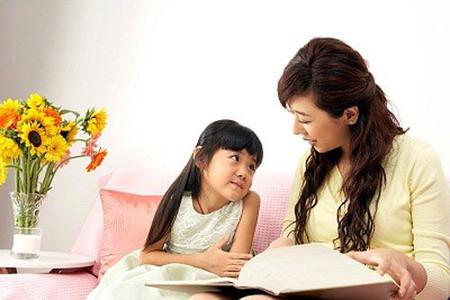 Bố mẹ hãy ngồi cạnh con cái, quan tâm đến quá trình học của trẻ.