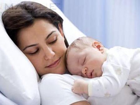 Người mẹ sau sinh nên vận động sớm, uống nhiều nước... để tránh bí tiểu.