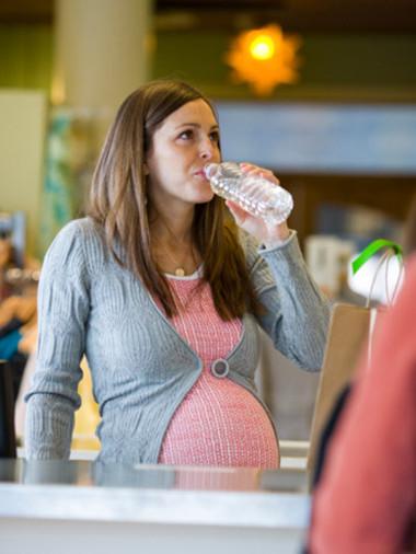 Phụ nữ có thai được khuyên nên uống nhiều nước hơn trong một ngày so với những người lớn khác.