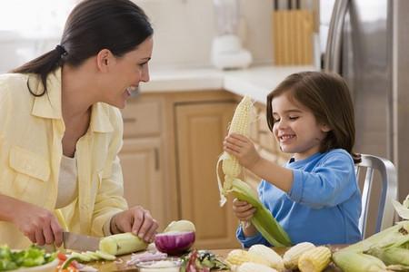Trẻ em sẽ thích thú thử ăn rau nếu như người lớn mỉm cười khuyến khích trẻ.