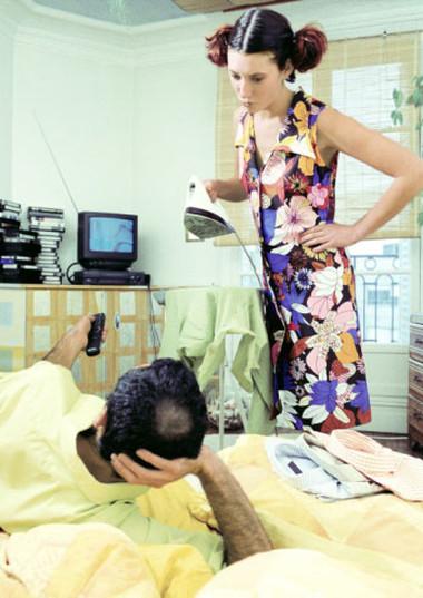 Vợ làm mãi không hết việc nhưng chồng nằm khểnh xem ti vi.