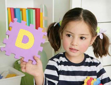 Bé biết nhận diện chữ cái sẽ là khởi đầu tốt cho quá trình học tập về sau.