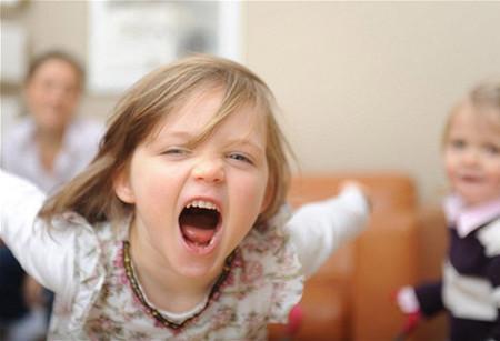 Khi trẻ tức giận là lúc trẻ muốn chia sẻ và bộc lộ hết cảm xúc của mình