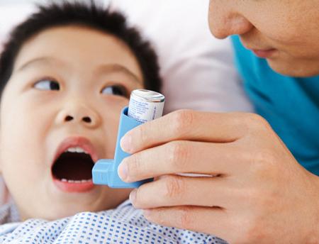 Trẻ bị lùn vì dùng thuốc hen có steroid.