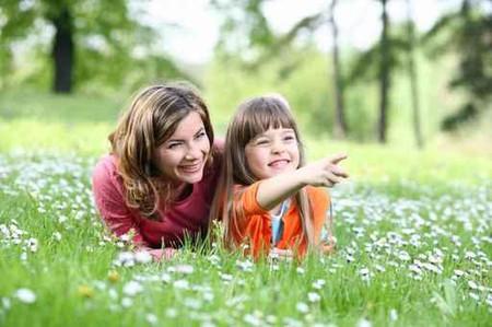 Nuôi con gái lớn khôn là cả một nghệ thuật sống của các bà mẹ