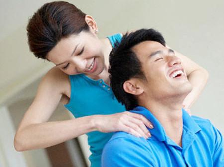 Chồng sẽ không thể không thay đổi khi bạn quan tâm đến anh ấy một cách dịu dàng.