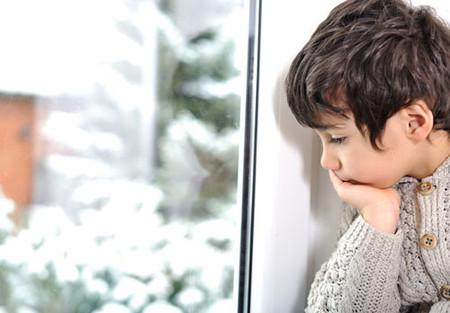 Trẻ thường e thẹn quá mức hoặc trốn tránh các giao tiếp xã hội.