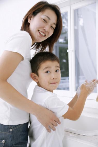 Rửa tay sạch sẽ giúp loại bỏ những vi khuẩn gây hại cho trẻ.