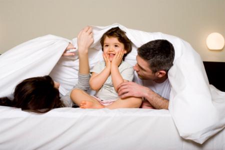 1. Khi bạn ngủ cùng con 1