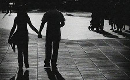 Yêu nhau cũng chẳng dám gần gũi.