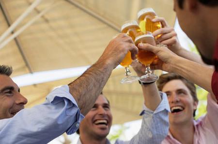 Đàn ông lúc nào cũng say mê bia tối ngày.