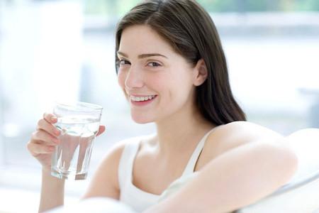 Uống nước sáng sớm giúp tan mỡ, thải độc.