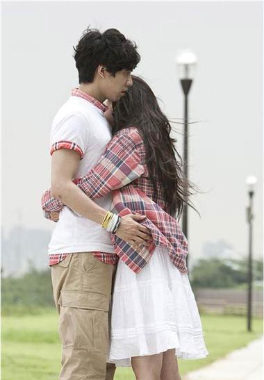 Mỗi lần bên cạnh anh, em chỉ muốn dang tay ôm chặt lấy anh, cảm nhận hơi ấm nơi anh