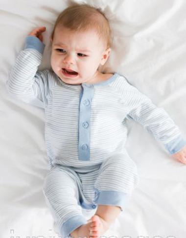 Bé thức giấc nhiều lần vào ban đêm, chứng tỏ bé đang gặp những rắc rối về mặt sức khỏe.