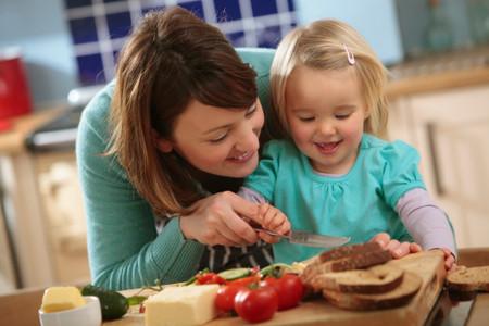 Cung cấp bữa ăn cân bằng dinh dưỡng và dạy cho trẻ ý thức ăn uống lành mạnh.