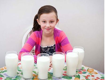 Cho con uống nhiều sữa chưa chắc là tốt.