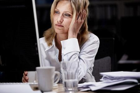 Làm việc theo ca sẽ gây khó khăn cho chúng ta trong việc quản lý giờ giấc ăn uống và nghỉ ngơi.