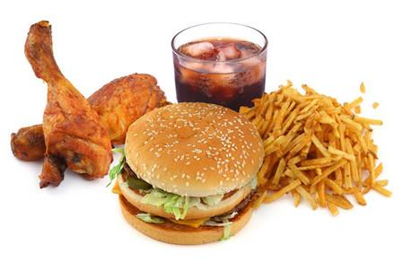 Đồ ăn nhanh chứa monosodium glutamate, là một trong những nguyên nhân gây đau đầu.