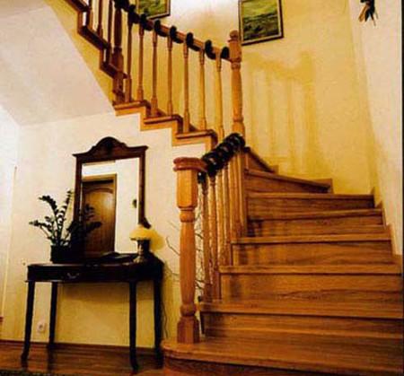 Hướng cầu thang đối diện với cửa chính 1