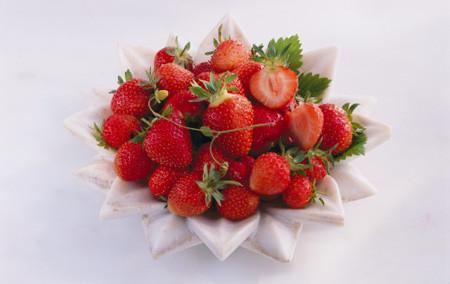Bạn cần tránh dùng dâu tây nếu như cơ thể gặp vấn đề về dạ dày hay huyết áp.