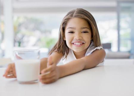 Ngoài nguồn cung cấp từ thực phẩm, trẻ em cần được bổ sung lượng canxi hàng ngày.
