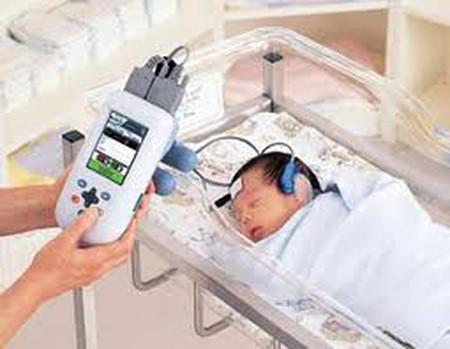 Trẻ sơ sinh cần được tầm soát khiếm thính sớm.