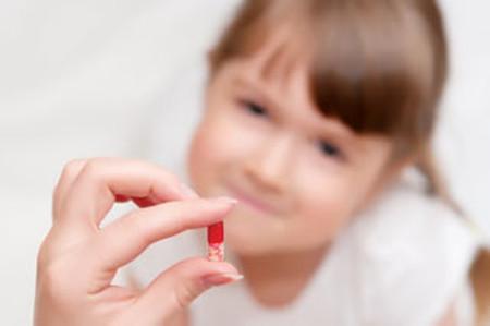 Phụ huynh và điều dưỡng không nên uống thuốc trước mặt trẻ em.