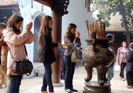 Chị em độc thân rủ nhau đi chùa cầu duyên.