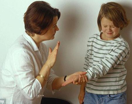 Muốn dạy bảo con thì chị phải tránh những lúc không có mặt chồng.