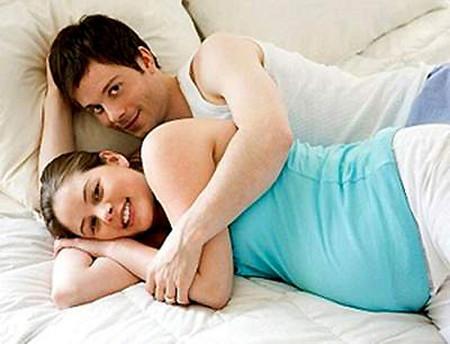 """Mỗi lần """"yêu"""" vợ anh dùng hẳn 2 cái bao cao su cho chắc mà vợ vẫn có bầu."""