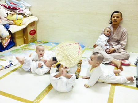 Các trẻ em bị bỏ rơi được nhà chùa nuôi dưỡng.